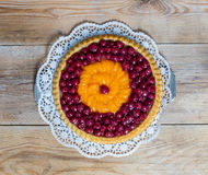 Vruchtencake met kersen en mandarijnen op rustiek hout Royalty-vrije Stock Afbeeldingen