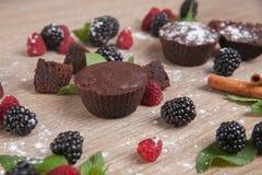 Vruchtencake verse bessen en munt Stock Afbeelding