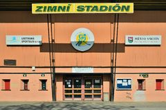 Vsetin,捷克共和国- 2018年6月02日:入口到冰球体育场名为Na Lapaci里是在被关闭的sommer的季节以后 免版税图库摄影
