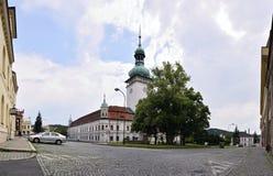Vsetin,捷克共和国- 2018年6月02日:有路面的Horni Namesti广场,大Vsetin树和塔锁 库存图片