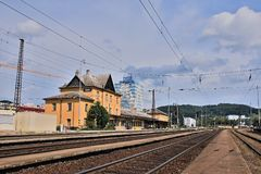 Vsetin, Τσεχία - 2 Ιουνίου 2018: peron, διαδρομές και κτήρια του κύριου σταθμού τρένου της wallachian πόλης Vsetin στην ηλιόλουστ στοκ φωτογραφία