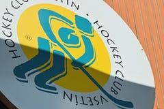 Vsetin, чехия - 2-ое июня 2018: большой логотип клуба VHK Vsetin хоккея на льде на стене стадиона хоккея на льде назвал Na Lapaci стоковая фотография rf