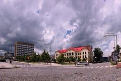 Vsetin, República Checa - 2 de junio de 2018: Cuadrado de Namesti Svobody con el edificio histórico de la escuela de la salud y e imagen de archivo
