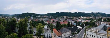 Vsetin Tjeckien - Juni 02, 2018: Panoramautsikt från torn av låset till den wallachian staden av Vsetin under solig dag Royaltyfri Fotografi
