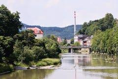 Vsetin, Tschechische Republik - 2. Juni 2018: Brücke über Fluss Vsetinska Becva zwischen Bäumen und alten Häusern am sonnigen Tag Stockbild