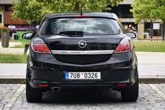 Vsetin, Tschechische Republik - 2. Juni 2018: Schwarzer Stand Auto Opels Astra H auf Quadrat Namesti Svobody am sonnigen Tag vor  lizenzfreie stockbilder