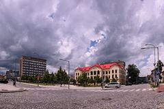 Vsetin, Tsjechische republiek - 02 Juni, 2018: Het vierkant van Namestisvobody met de historische bouw van gezondheidsschool en d Stock Afbeelding