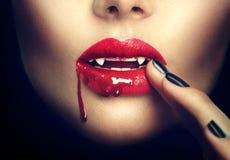 Víspera de Todos los Santos Labios atractivos de la mujer del vampiro Foto de archivo libre de regalías