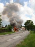 VSTIS, TSJECHISCHE REPUBLIEK - 9 MEI, 2013: De brandvrachtwagen in brand in het midden van het dorp, brandbestrijders komt te hel Stock Foto's