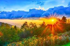 Västra blå solnedgång för Appalachian berg Ridge Parkway för sen sommar Arkivbild