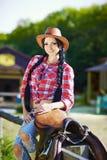 Västra cowboy, cowgirl, rodeo Cowgirl i västra stil på långt Royaltyfria Bilder