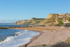 Västra sikt för fjärdDorset UK strand till det guld- locket Arkivfoto