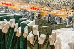 Vêtements dans le magasin avec les étiquettes anti-vol d'EAS Photos stock