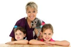 Vétérinaire, crabot et enfants Image libre de droits
