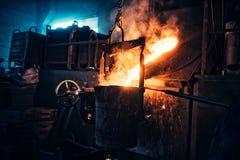 Vätskejärn som flödar i stålverk Industriella detaljer av den metallurgiska fabriken eller växten Detaljer av smältningmetall Arkivbilder