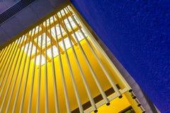 Vue à angles de fenêtre de lucarne avec les murs bleus et jaunes, architecture intérieure moderne Images stock
