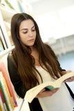 Vue à angles de livre de lecture de femme Photos libres de droits