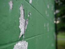 Vue à angles de peinture épluchant du mur vert dans l'extérieur photos libres de droits