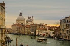 Vue à couper le souffle de Grand Canal et de la basilique Santa Maria della Salute Photographie stock libre de droits