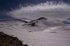 Vue à couper le souffle des montagnes avec le soleil et les nuages lumineux de ressort Image libre de droits