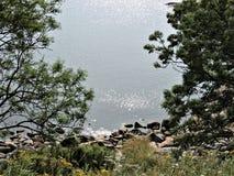 Vue à couper le souffle des vagues argentées de la mer baltique de l'île Sveaborg en Finlande ! photo libre de droits