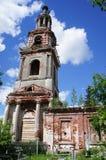 Vue à courir la tour de cloche de l'église orthodoxe Image stock