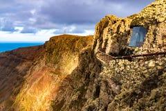 Vue à l'île de l'Océan Atlantique et de Graciosa de La au coucher du soleil du del Rio d'EL Mirador à Lanzarote, Îles Canaries, E photos libres de droits