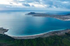 Vue à l'île de l'Océan Atlantique et de Graciosa de La au coucher du soleil du del Rio d'EL Mirador à Lanzarote, Îles Canaries, E photo stock