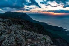 Vue à l'île de l'Océan Atlantique et de Graciosa de La au coucher du soleil du del Rio d'EL Mirador à Lanzarote, Îles Canaries, E photo libre de droits