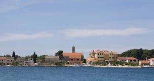 Vue à l'île Krapanj, Dalmatie Photos stock