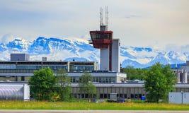 Vue à l'aéroport de Zurich, sommets des Alpes au fond Photographie stock