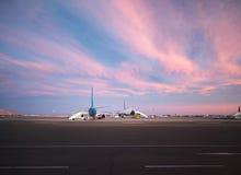 Vue à l'aéroport et aux avions au coucher du soleil Photo libre de droits
