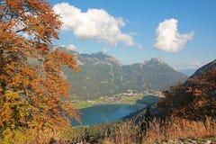 Vue à l'achensee de village et de lac de maurach Photographie stock libre de droits