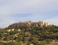 Vue à l'Acropole d'Athènes sur la vieille ville en été photographie stock libre de droits