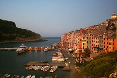Vue à l'aube de Portovenere et de port avec les bateaux amarrés, mer, bâtiments colorés, arbres Images stock