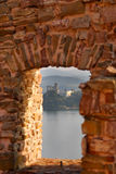 Vue à l'autre château par le lac Photos stock