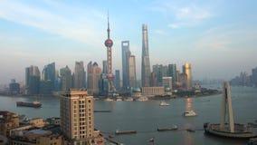 Vue à l'horizon financier de Pudong à travers le fleuve Huangpu banque de vidéos