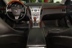 Vue à l'intérieur de Cadillac CTS avec le tableau de bord, horloge, système de médias, sièges avant et shiftgear après avoir nett photos stock