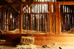 Vue à l'intérieur de grange de 100 ans Images libres de droits