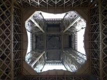 Vue à l'intérieur de Tour Eiffel Photographie stock libre de droits