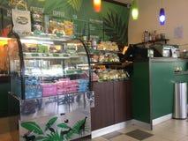 Vue à l'intérieur pour la boutique d'Amazone de café Photo stock