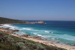 Vue à l'Océan Indien bleu du cap au cap marchant dans l'Australie occidentale images libres de droits