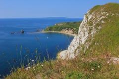 Vue à la baie de mupe, au lulworth, et aux falaises raides Photographie stock libre de droits