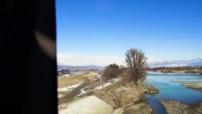 Vue à la banlieue du train ou au chemin de fer au Japon banque de vidéos