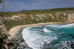 Vue à la belle baie avec de grandes vagues dans le ` Enfer du Moule Beach de la Guadeloupe - de la Plage de la Porte d à la porte Image stock