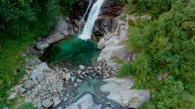 Vue à la cascade étonnante en montagnes banque de vidéos