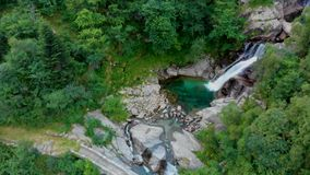 Vue à la cascade amasing en montagnes banque de vidéos