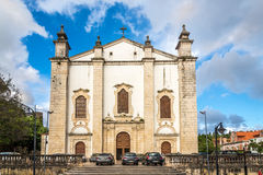 Vue à la cathédrale de façade de Leiria - le Portugal Images stock