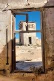 Vue à la maison abandonnée dans le désert Photographie stock libre de droits