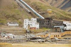 Vue à la mine de charbon ruinée dans le règlement arctique russe abandonné Pyramiden, Norvège Photographie stock libre de droits